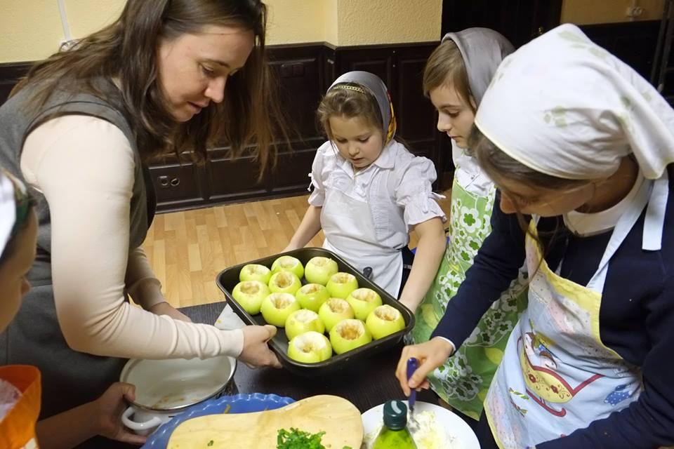 Alcune donne con i loro bambini in un centro di accoglienza per madri in difficoltu00e0