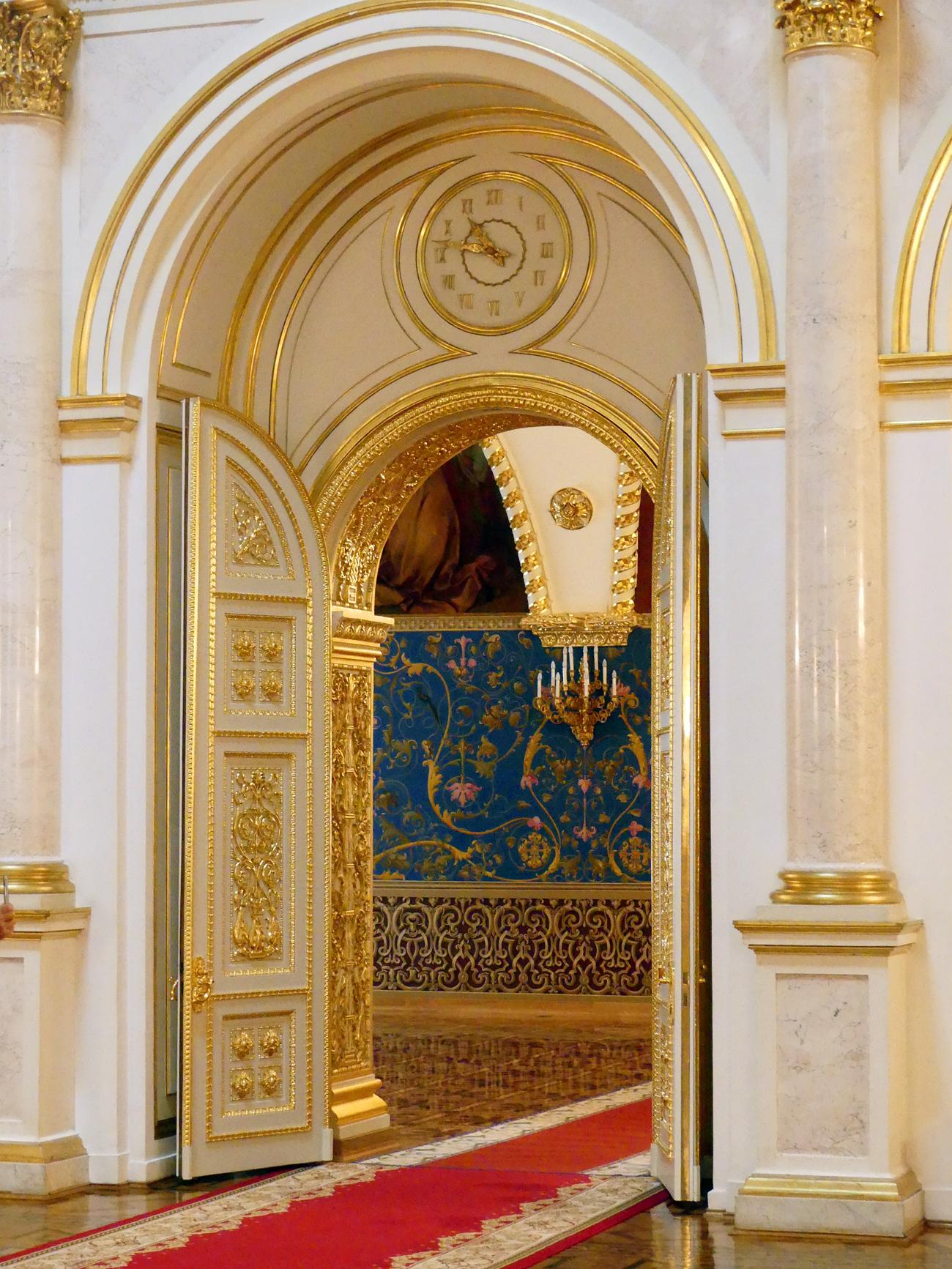 A decoração suntuosa foi restaurada para relembrar a original: dourado e branco se sobrepõem ao longo da fachada neoclássica de 125 metros coberta por um telhado verde, onde a bandeira russa fica, por vezes, exposta. Atrás de seus muros do século 19 existe um verdadeiro mosaico arquitetônico, testemunho de séculos de história.O soviético Iossef Stálin foi o último líder a residir no Kremlin. Atualmente, o edifício abriga gabinetes do governo e da presidência, raramente acessíveis a grupos de visitantes e por vezes usados em cerimônias oficiais.