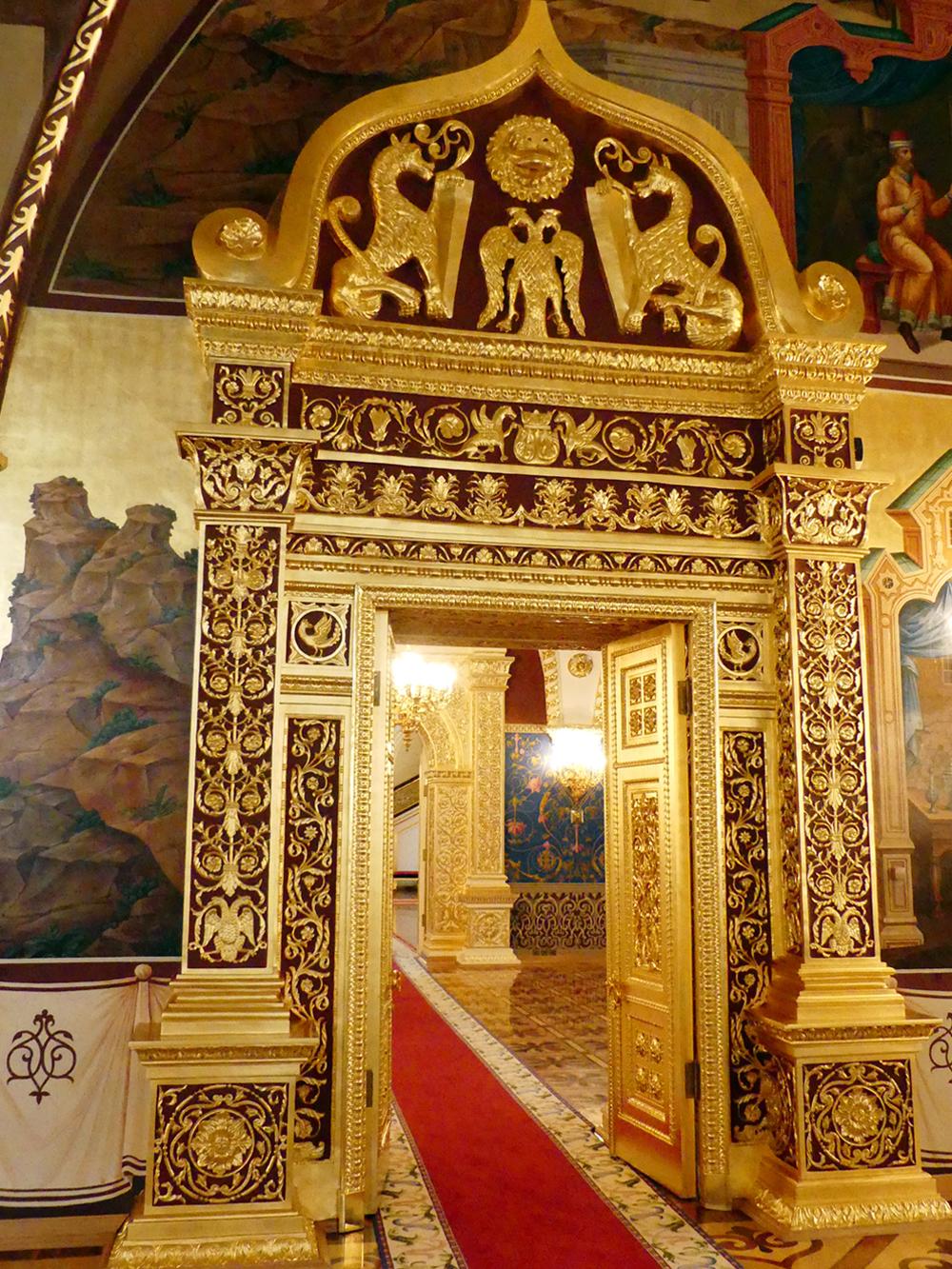 Os apartamentos privados dos últimos tsares se situam no piso térreo, atrás das janelas com vista para o rio. Ali há uma série de espaços em diferentes estilos.