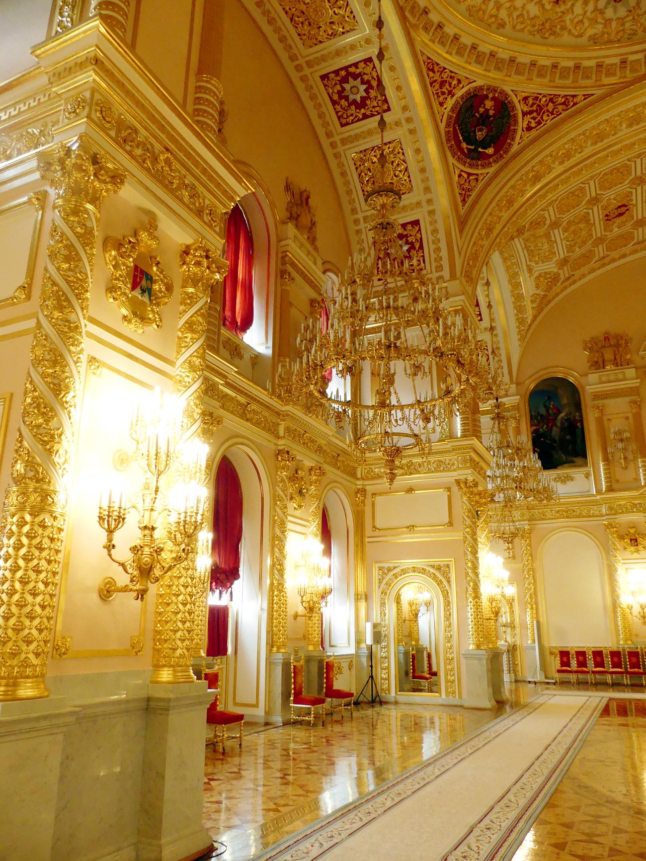 A escadaria de honra conduz a cinco salões solenes, denominados conforme as cinco ordens honoríficas russas: São Jorge, Santo André, Santo Aleksandr, São Vladímir e Santa Catarina.