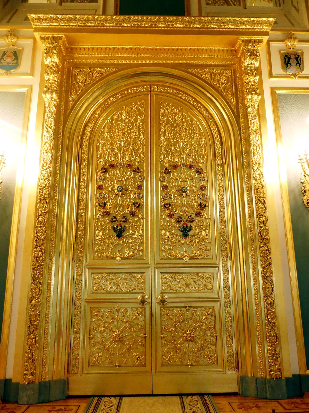 """Um salão adornado com cores vivas leva ao Palácio dos Terems, construído no século 17 pelo primeiro Romanov, Mikhail Fiodorovitch. """"Depois da passagem de Napoleão em 1812 ficaram apenas as paredes"""", conta a guia. Os salões do palácio foram totalmente restaurados durante o século 19."""