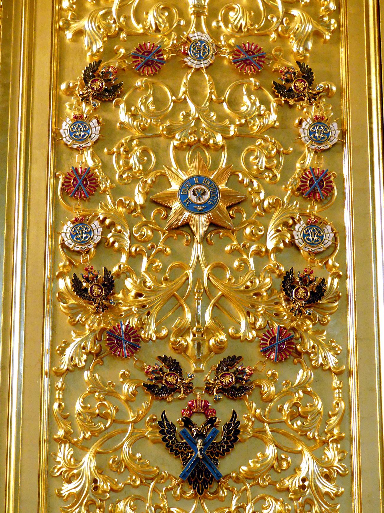 """Os apartamentos do tsar são uma série de aposentos modestos com interiores típicos da Rússia antiga. A ideia principal desses quartos era se manter aquecido. No refeitório há uma lareira; sobre os bancos colocados ao longo das paredes, os boiardos sentavam-se à espera de uma audiência com o governante. O tsar os reunia no salão da Duma, que, etimologicamente, vem do verbo """"dumat"""" (pensar, em português). O espaço do tsar se encontra na sala seguinte, decorada com suas cores – roxo e negro – e vários símbolos de poder, como a águia de duas cabeças e leão."""