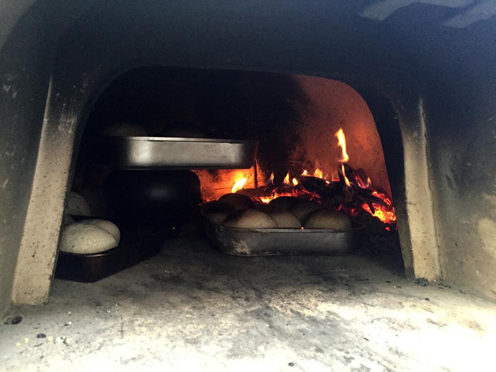 La cuisson se fait sans électricité ni gaz, dans des fours à bois