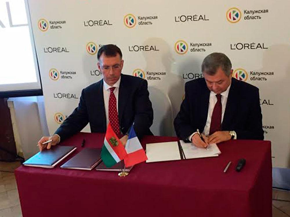 Le directeur général de L'Oréal Russie Claudio Caviccholi (à gauche) et le gouverneur de la région de Kalouga Anatoli Artamonov signent un accord de coopération.