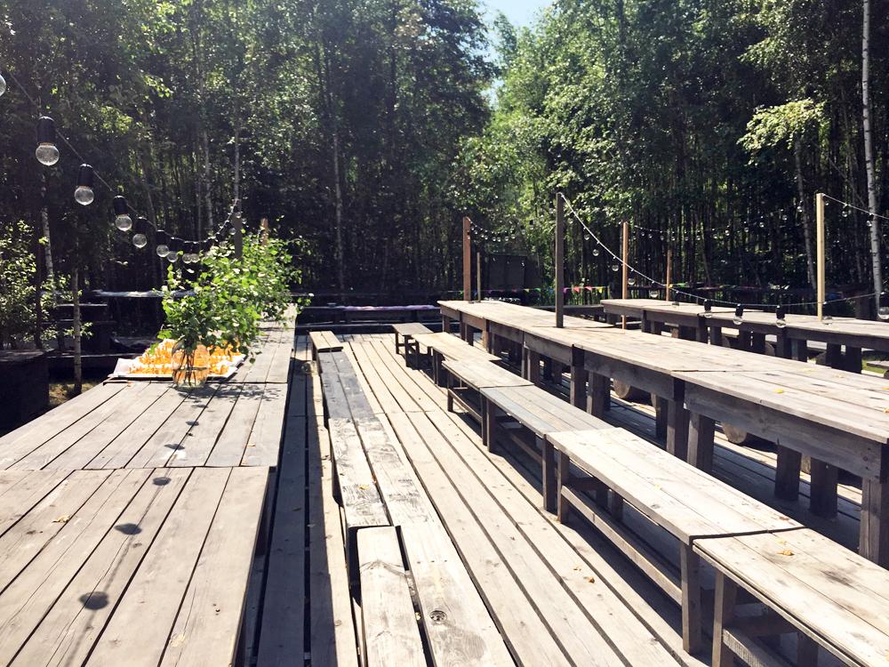 Des tables et des bancs en bois sont aménagés pour un repas pour 150 personnes