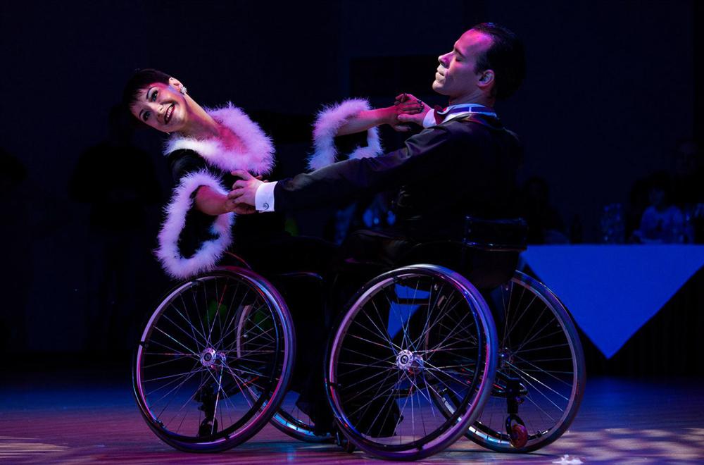 """Alexandra Berdnik et Sergueï Antonov présentent leur danse """"La Famille Addams"""" lors d'une soirée de gala."""