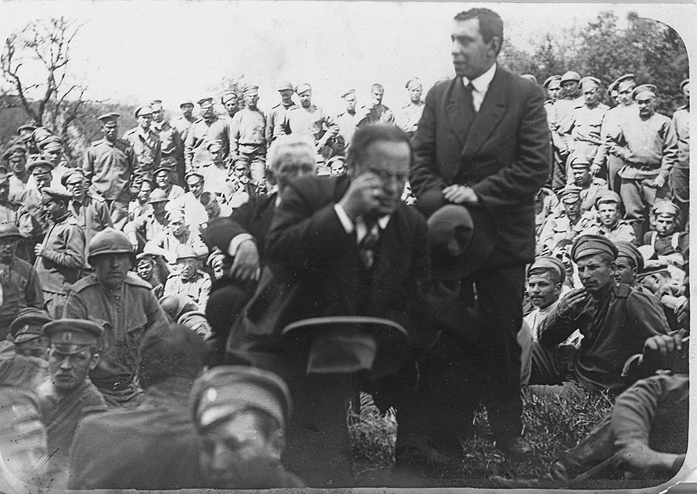 Meurtris par les pertes de l'offensive, voyant l'espoir du retour en Russie s'évanouir, les troupes sont travaillées par les agitateurs et refusent de poursuivre la lutte. Des envoyés du gouvernement provisoire tentent de les convaincre de respecter leur serment, en vain.