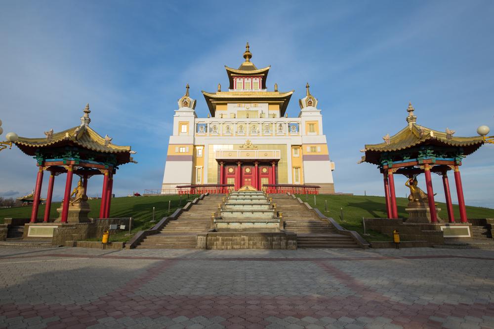 Demeure d'or de Bouddha Shakyamuni, le plus grand temple bouddhiste d'Europe. Crédit : Vostok-photo