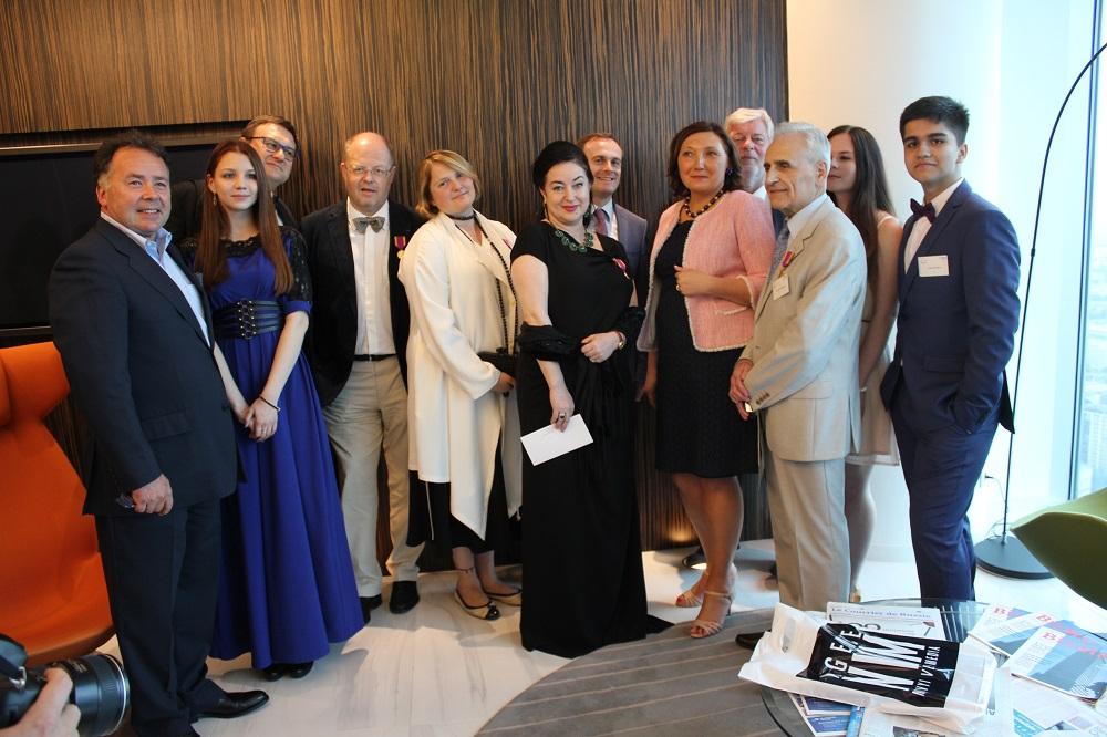 La présidente de La Renaissance française en Russie Zoya Arrignon (5ème à droite) en compagnie des lauréats et des partenaires.