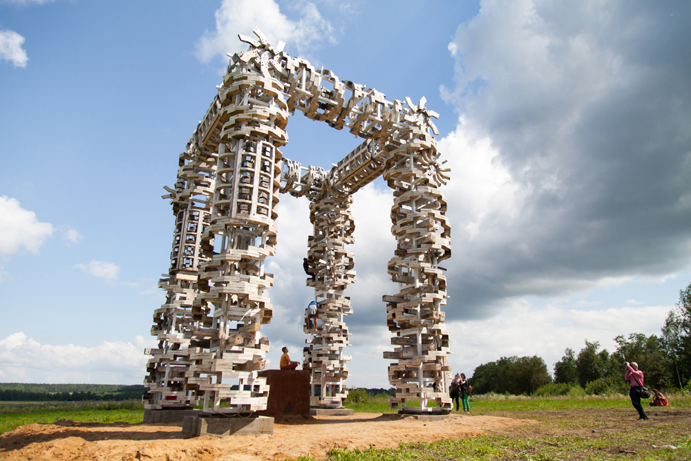 'White Gates' is a triumphal arch and the entrance to the landscape park. Photo: 'White Gates' by Nikolai Polissky.