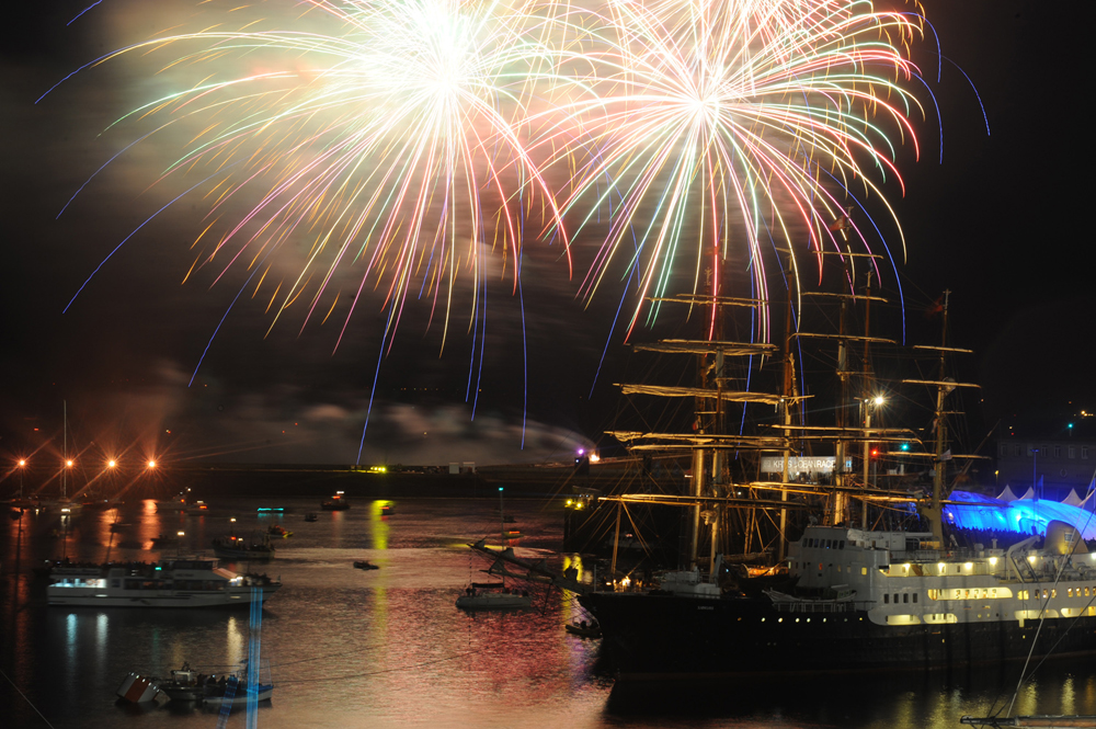 Feu d'artifice de la fin des Fêtes internationales Maritimes de Brest.