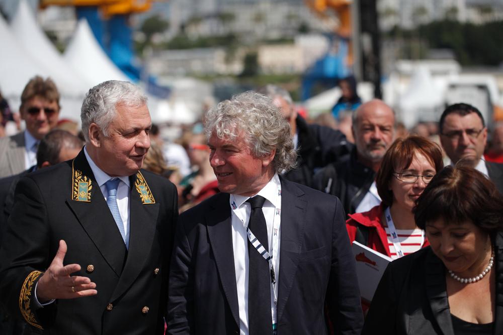 Le maire de Brest François Cuillandre (à dr.) et l'ambassadeur de Russie en France Alexandre Orlov.