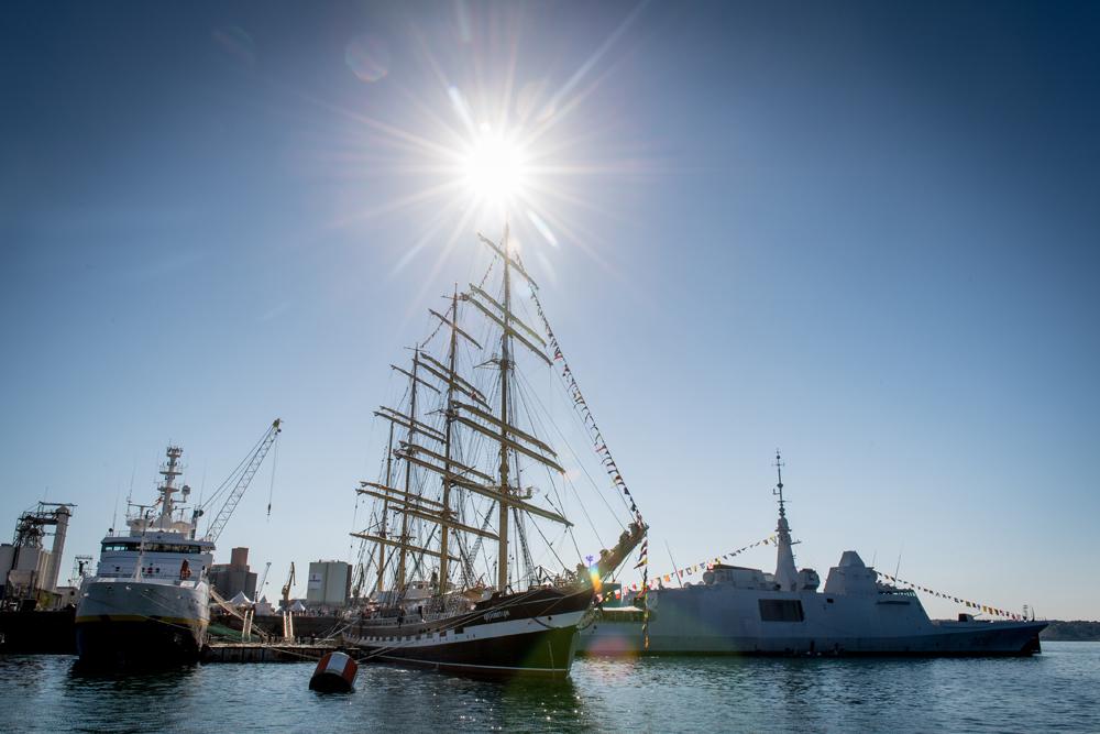 Le Thalassa, le voilier Kruzenshtern et la frégate européenne multi-mission.