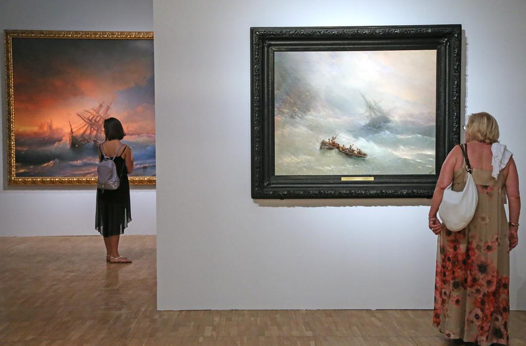 L'Arc-en-ciel, 1873Suivant la tradition établie par Théodore Géricault dans Scène de déluge, le romantique Aïvazovski nourrissait une passion particulière pour les scènes de tempêtes et de naufrages. Généralement, les personnages n'y sont pas trop détaillés, mais la mer est montrée dans toute sa terrible splendeur. Ayant reçu une excellente formation à l'Académie des Beaux-Arts, il maîtrisait parfaitement l'art pictural – ce qu'on constate dans les gradations subtiles des tonalités du ciel et l'arc-en-ciel à peine perceptible qui, dans le même temps, apporte l'espoir du salut pour les naufragés.