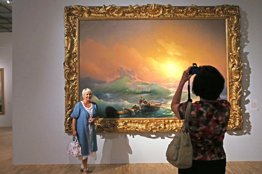 La Neuvième Vague, 1850La mer est au cœur de l'œuvre d'Ivan Aïvazovski. Il ouvrit l'art russe au paysage marin et l'érigea sur un piédestal romantique. Il fit ses classes auprès du Français Philippe Tanneur, invité par Nicolas Ier à Saint-Pétersbourg en 1835 ; ses prédécesseurs William Turner et John Martin furent ses sources d'inspiration.La Neuvième Vague est l'œuvre la plus célèbre d'Aïvazovski, qui la peignit à l'âge de 33 ans. Elle reproduit ses motifs caractéristiques – d'immenses vagues brodées d'écume, un ciel aux accents rose, violet et orange, et un groupe de personnes réchappées du naufrage.