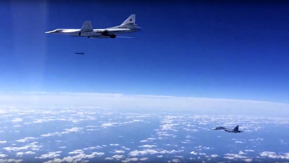 Un Tu-160 russe escorté par un Su-30SM dans le ciel syrien.