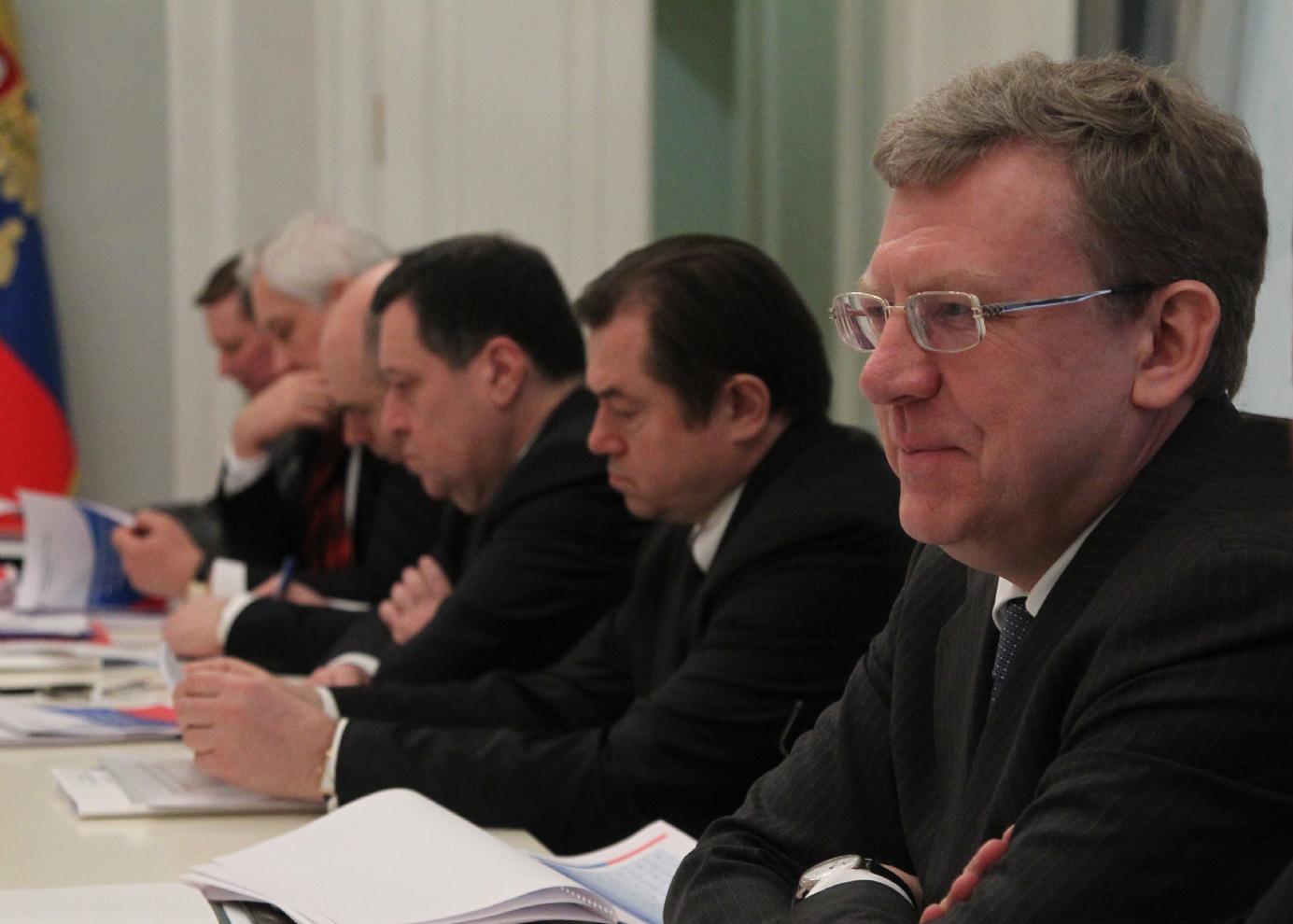 Alexeï Koudrine (1er à partir de la droite) et Sergueï Glazïev (à sa droite) lors d'une réunion de travail à Sotchi.