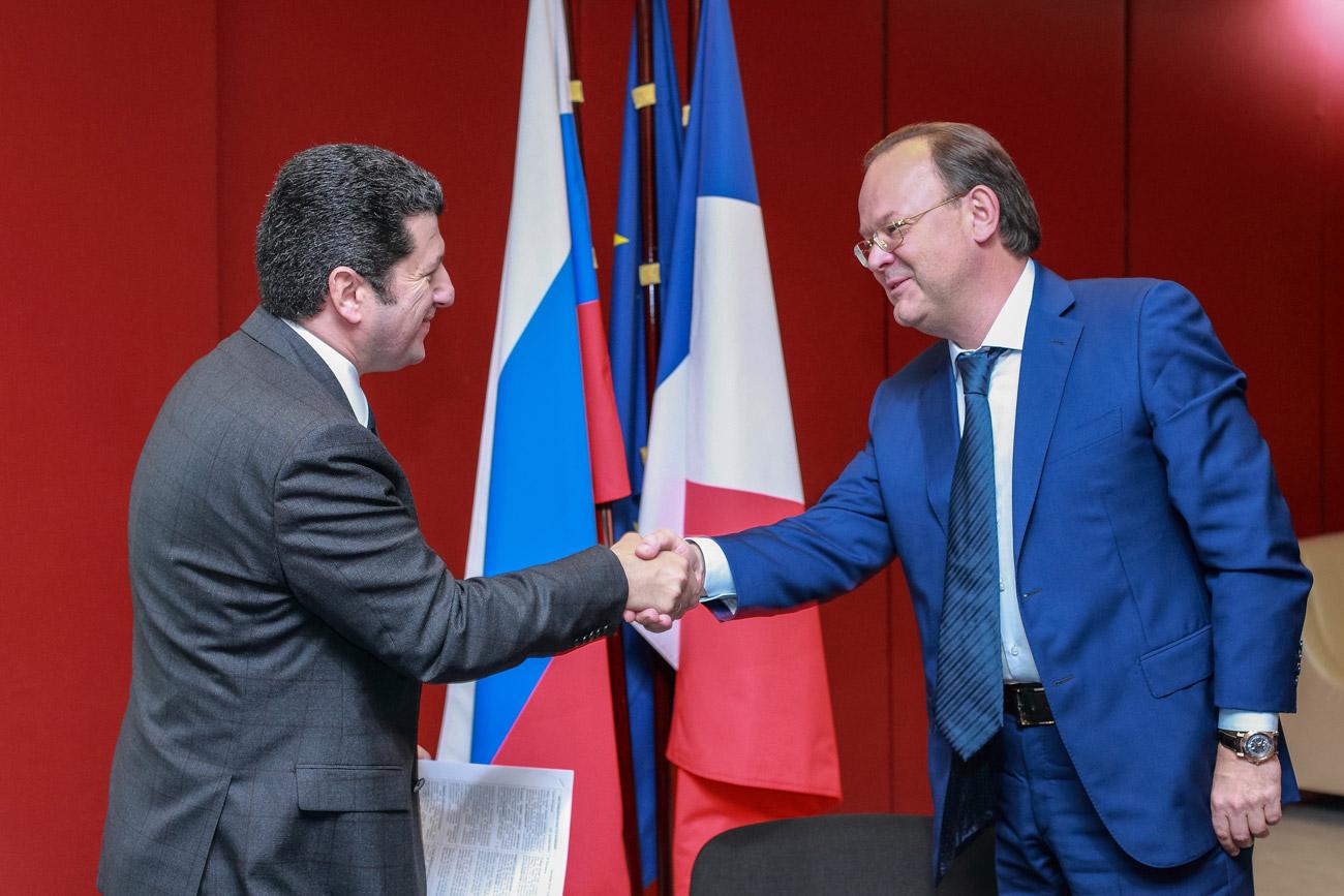 Signature du contrat entre Spirit France et la société pétersbourgeoise Ladoga. Crédit: Service de presse de l'ambassade de France en Russie