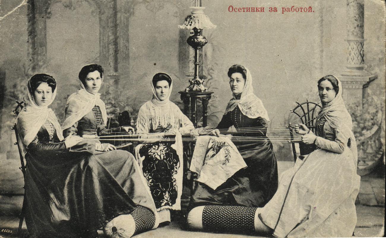Des femmes ossètes au travail, XIXe siècle. Crédit: Photo d'archives