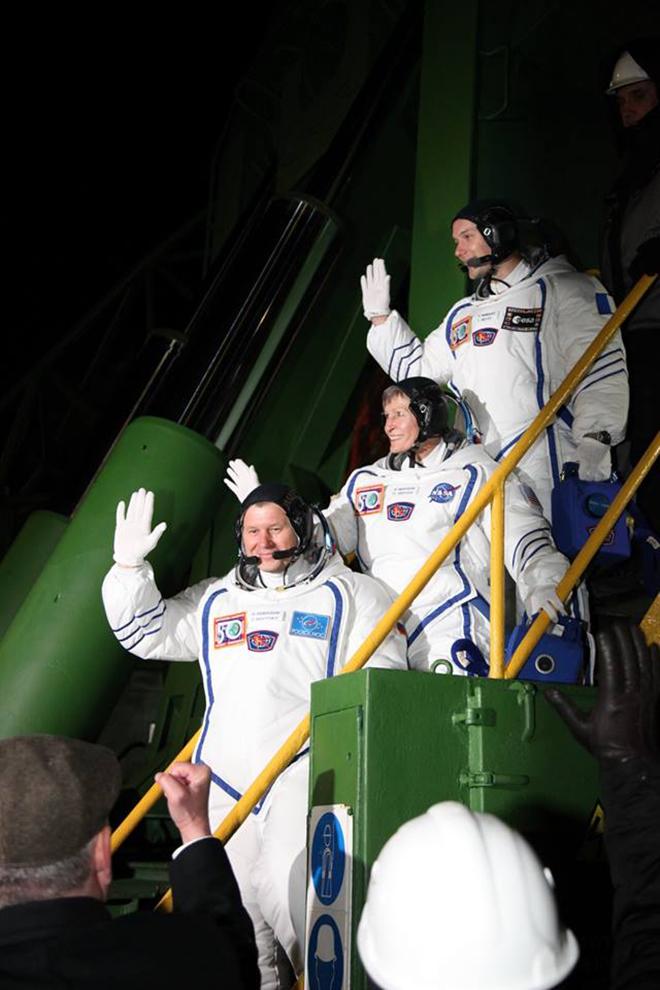 Le cosmonaute russe Oleg Novitskiy, l'américaine Peggy Whitson, et le spationaute français Thomas Pesquet.n