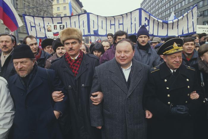"""L'économiste Egor Gaïdar participe à une marche à Moscou, en 1990. """"Liberté, Russie, Eltsine"""", dit la banderole."""