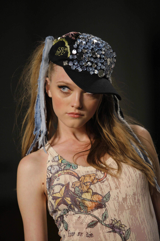 Vlada a commencé sa carrière à Tokyo. Devenue célèbre, elle est partie travailler à Paris, où elle a débuté dans la maison de Yohji Yamamoto, avant de collaborer avec différents stylistes dans les principales semaines de la mode ou « Fashion Weeks ».