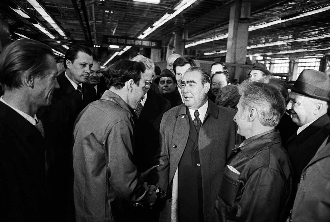 General Secretary of the CPSU Central Committee Leonid Brezhnev meets with workers of the Moscow Likhachev automobile plant (production association ZIL) in an assembly shop on April 30, 1967. Source: TASS