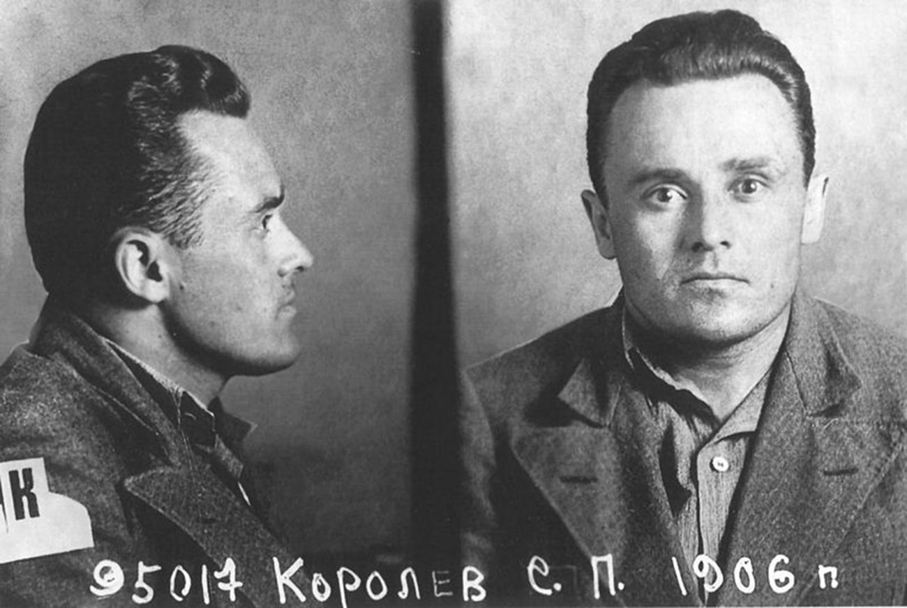 Les purges staliniennes n'épargnent pas les membres du RNII. Suite à une fausse dénonciation, Sergueï Korolev est condamné à 10 ans de détention pour appartenance à une « organisation de nuisance trotskiste ». Korolev est envoyé au goulag dans la Kolyma (Extrême-Orient russe). Il faudra attendre deux ans avant qu'il ne soit transféré, non sans l'insistance deTupolev, lui aussi prisonnier, dans un laboratoire-prison où il poursuivra son travail et prendra une part active à la conception des bombardiers Tu-2 et Pe-2. Toujours pendant sa détention, il travaille sur un nouvel appareil, une fusée destinée à des vols dans la stratosphère. Sur la photo : Sergueï Korolev après l'arrestation.