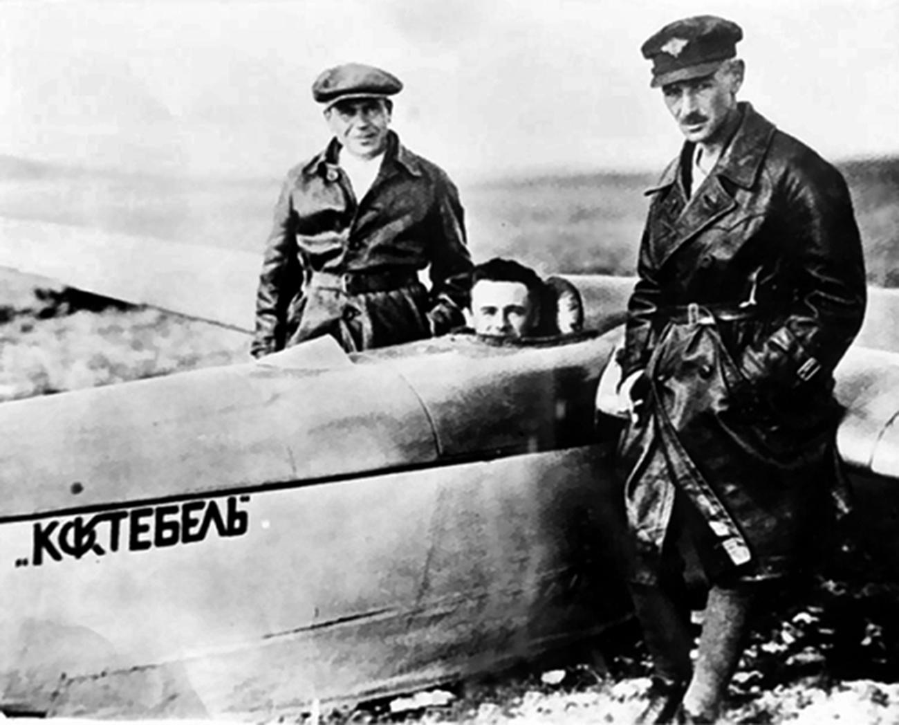 On dit que c'est la rencontre avec Konstantin Tsiolkovsky, père fondateur de l'astronautique, qui a pousséle jeune constructeur à porter son regard au-delà des limites de notre planète. En 1929, il se serait rendu chez le théoricien pour le consulter au sujet de ses planeurs, mais ce dernier lui aurait conseillé de se focaliser plutôt sur le problème du vol spatial. Si l'existence de cette rencontre n'a jamaisété confirmée, nous savons toutefois que les œuvres de Tsiolkovsky sur les vols vers d'autres planètes ont profondément impressionné Sergueï Korolev.  Sur la photo : dans le cockpit du planeur Koktebel.