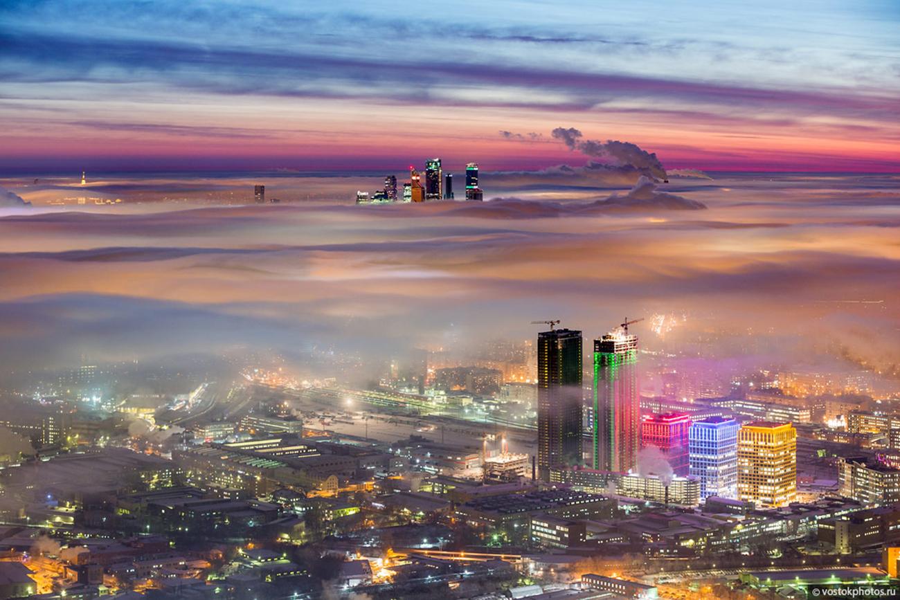 Au crépuscule, il est monté sur la terrasse d'observation de la tour de télévision Ostankino pour réaliser des clichés de la capitale sous un jour tout à fait inhabituel.