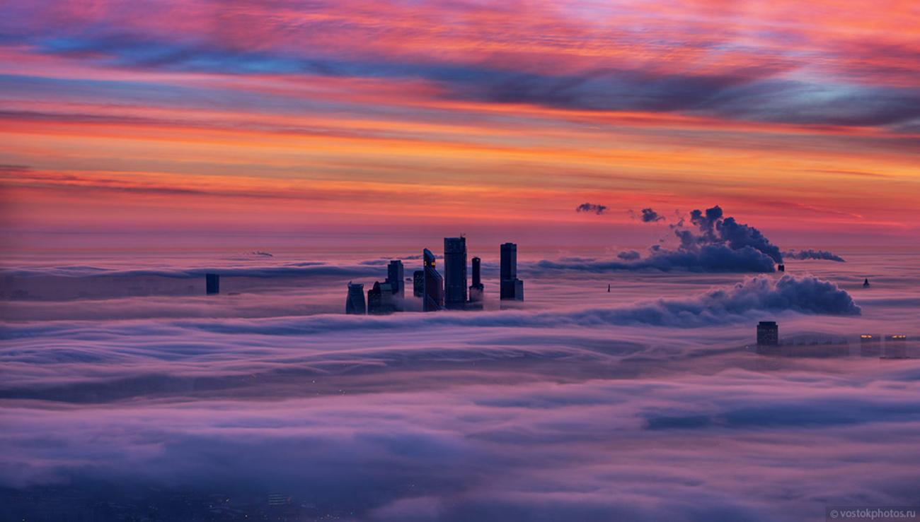 « Ce genre de temps n'advient que quelques fois par un, lorsqu'un froid rigoureux cède la place à un cyclone qui chasse l'air glacial de la ville. C'est exactement à ce moment-là que se produit une beauté qui ne peut toutefois pas être observée au sol » , a écrit le photographe.