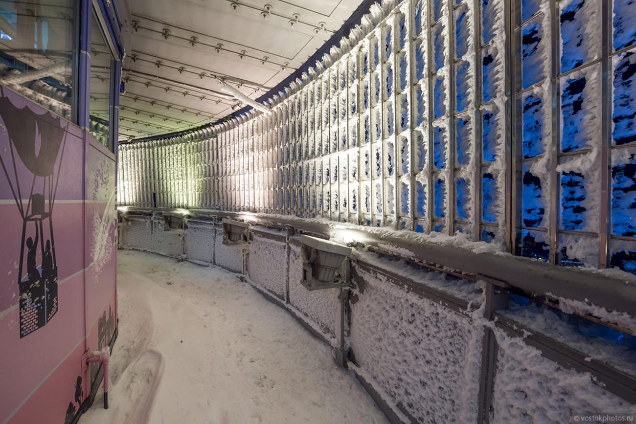 La grille de la plateforme située à 340 mètres d'altitude étant gelée, le photographe a dû briser la glace pour pouvoir mener à bien son projet.