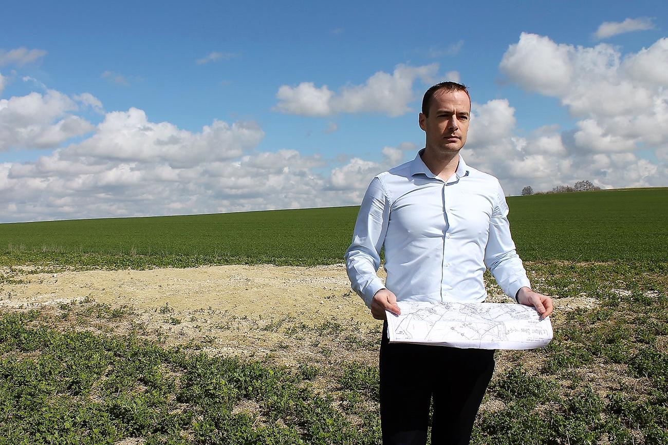 Les champs de Cormicy où l'ancien militaire Pierre Malinowski a entamé il y a trois ans les recherches des corps de soldats russes disparus. Pierre montre la copie du plan des batailles d'époque.