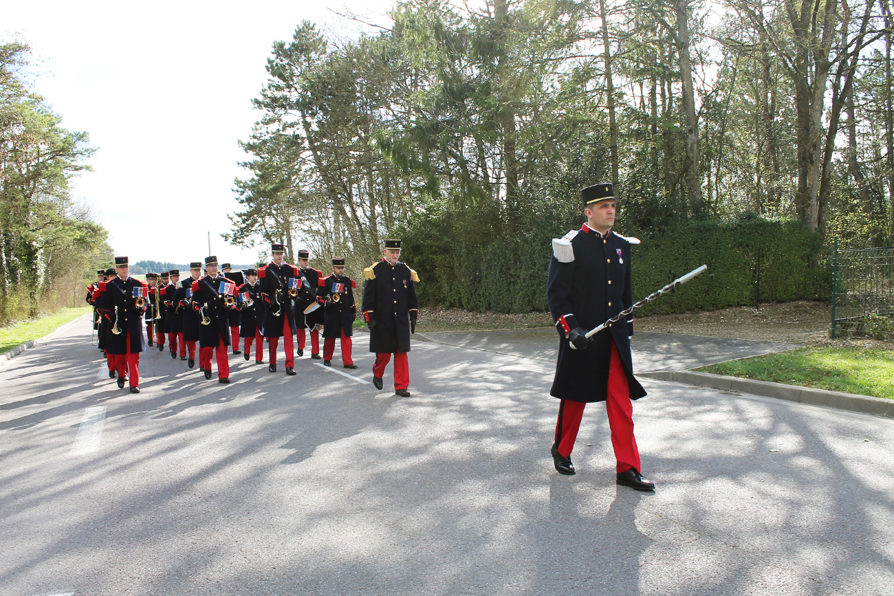 L'orchestre militaire arrive au cimetière de Saint-Hilaire-le-Grand.