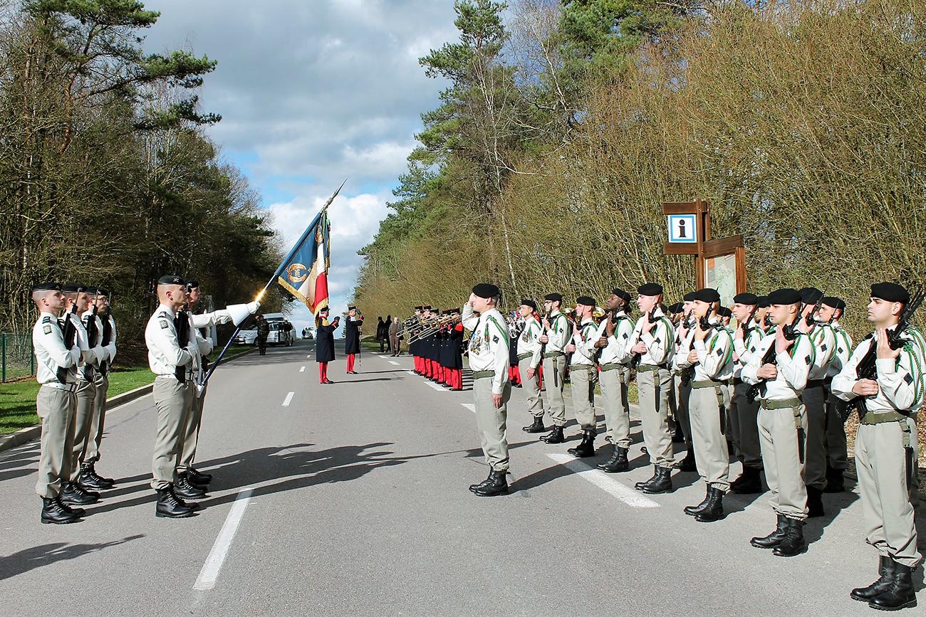 Honneurs au drapeau, revue de troupes devant le cimetière de Saint-Hilaire-le-Grand.