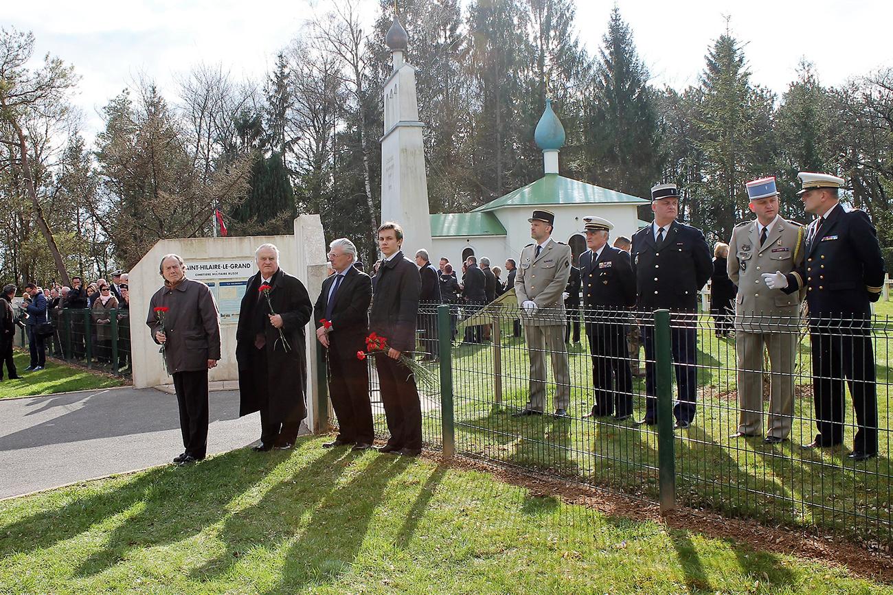 Les représentants de diaspora russe et les militaires français attendent l'arrivée du secrétaire d'État auprès du ministre de la Défense chargé des Anciens combattants et de la Mémoire, Jean-Marc Todeschini.