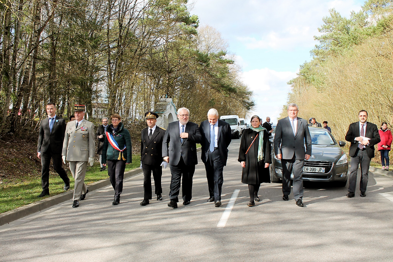 Arrivée de Jean-Marc Todeschini au cimetière militaire de Saint-Hilaire-le-Grand.