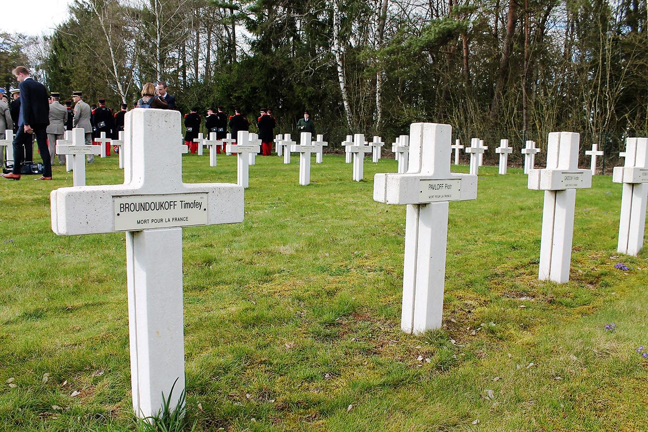 Le cimetière de Saint-Hilaire-le-Grand a recueilli depuis 1917 près d'un millier de corps de soldats russes tombés dans les combats de la Grande guerre, essentiellement durant l'offensive Nivelle.