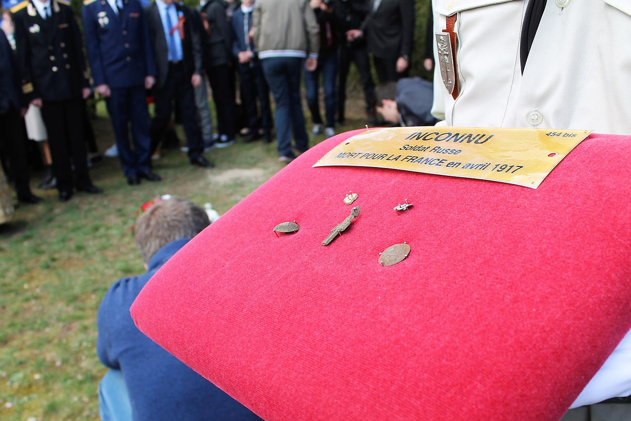 Les objets ayant appartenu au soldat russe. Des boutons d'uniforme frappés d'un aigle bicéphale et une croix orthodoxe ont été trouvés sur la dépouille.