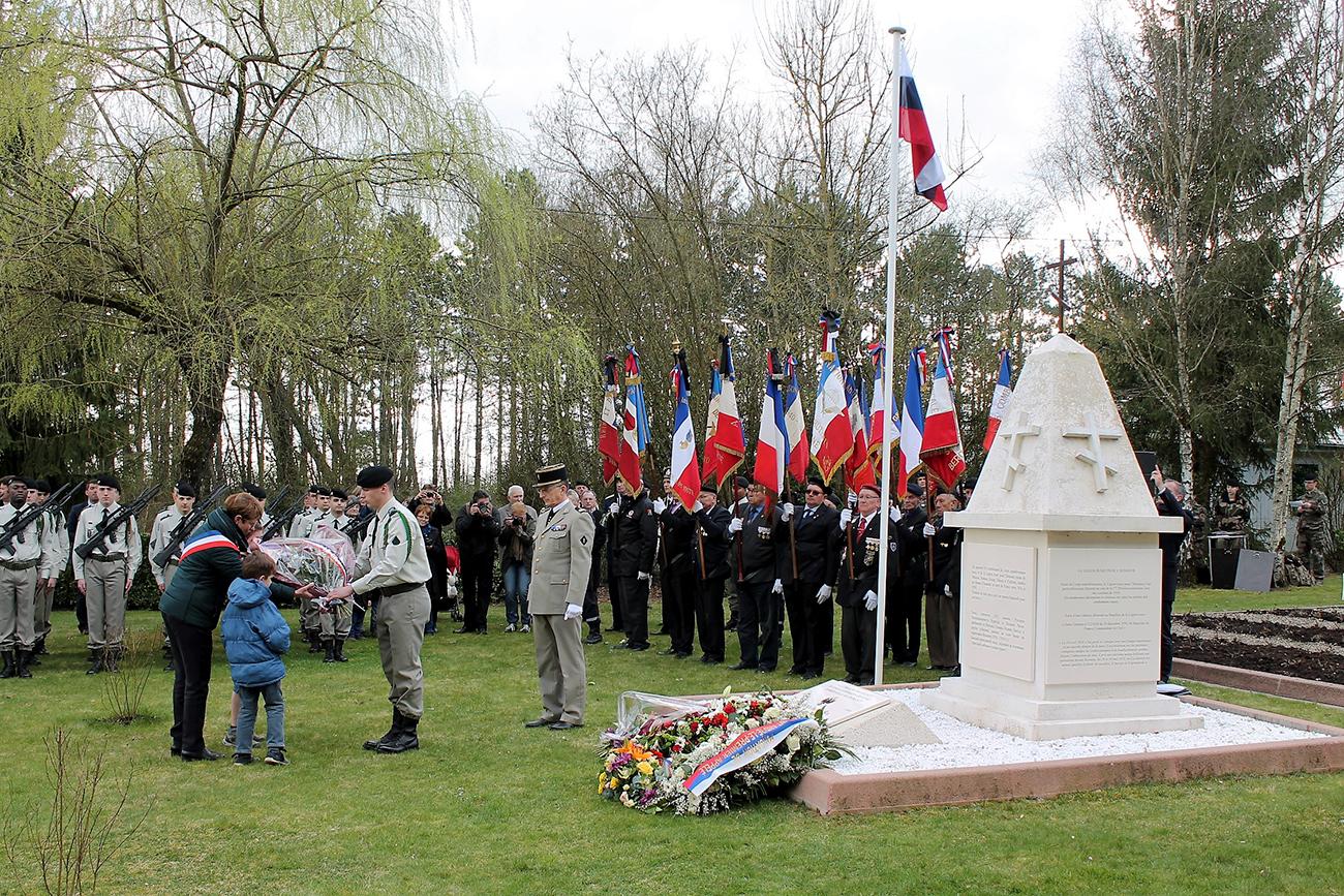 Des gerbes ont été déposées au monument aux morts pour rendre hommage à tous les combattants russes, connus ou inconnus, tombés en France au cours de la Grande guerre.