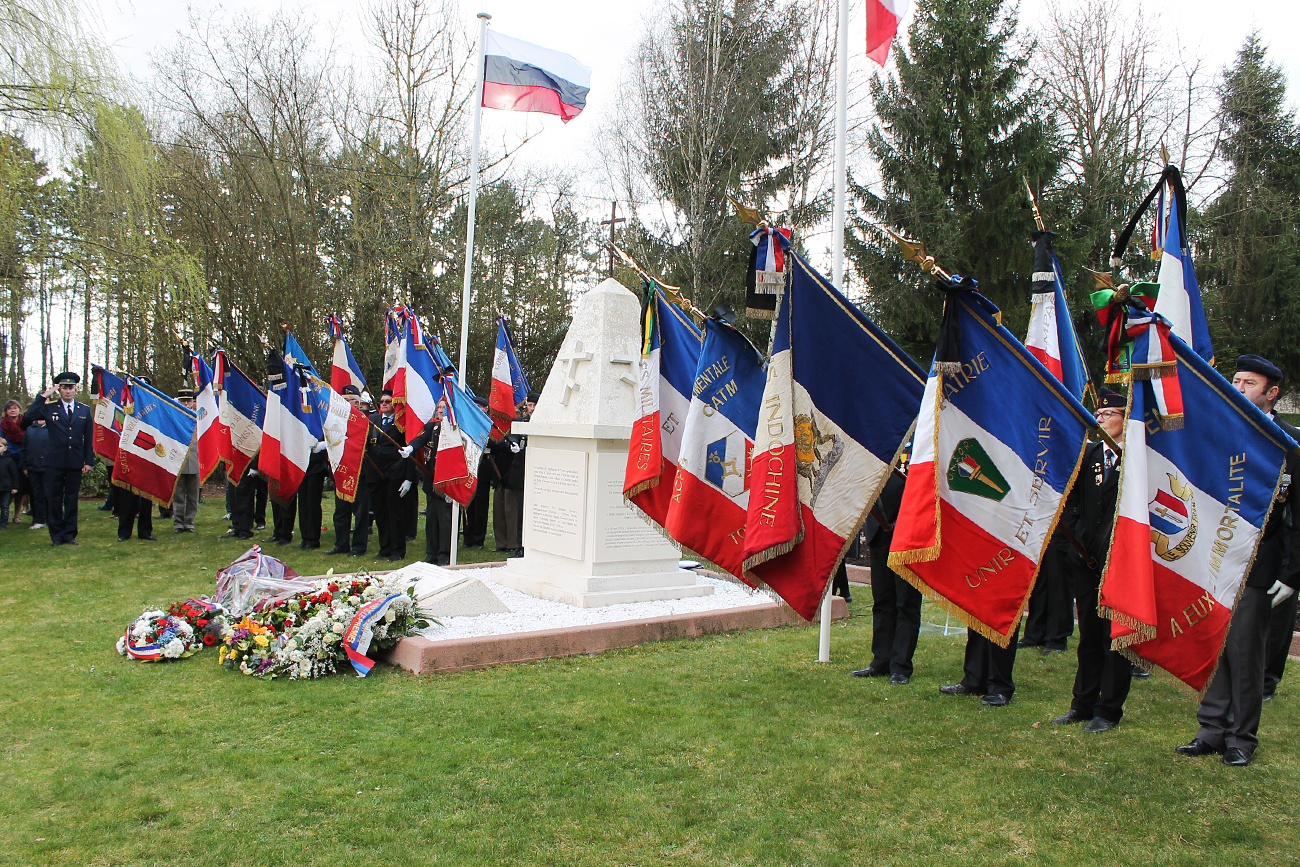 Honneurs aux morts. Les porte-drapeaux.