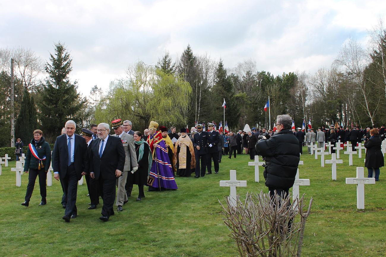Alexandre Orlov, ambassadeur de la Fédération de Russie en France, et Jean-Marc Todeschini, secrétaire d'État auprès du ministre de la Défense chargé des Anciens combattants et de la Mémoire, accompagnent l'arrivée du cercueil avec la dépouille au cimetière.