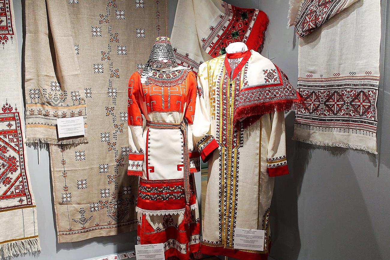 Broderie traditionnelle tchouvache.Un costume féminin des Тchouvaches de Saratov, une blouse pour homme « shapour » (République de Tchouvachie).n