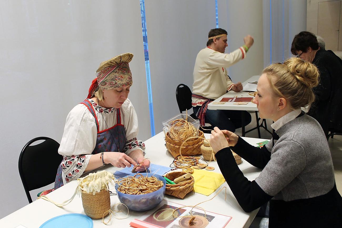 Cours de transformation artistique de racines de pin donné par Elena Kokorina, Maître du peuple de Russie, membre de l'Union des artistes de Russie et de l'Union des artistes de la République des Komis. Crédit : Maria Tchobanov