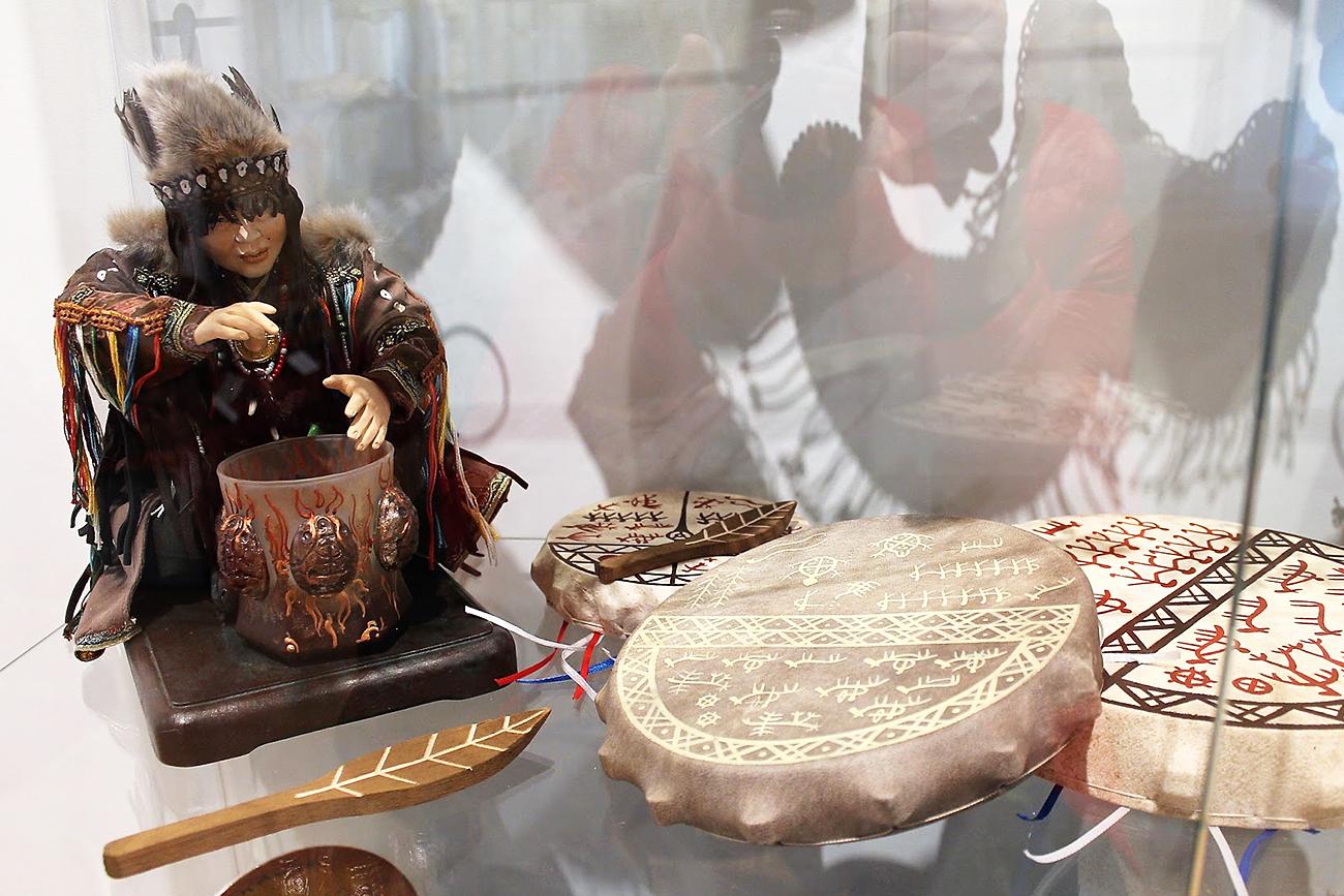 On peut ici apercevoir des instruments et costumes traditionnels de la République de Khakassie.n