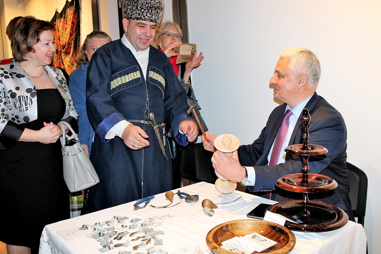 Magomedali Magomedaliev et l'ambassadeur russe en France Alexandre Orlov.n