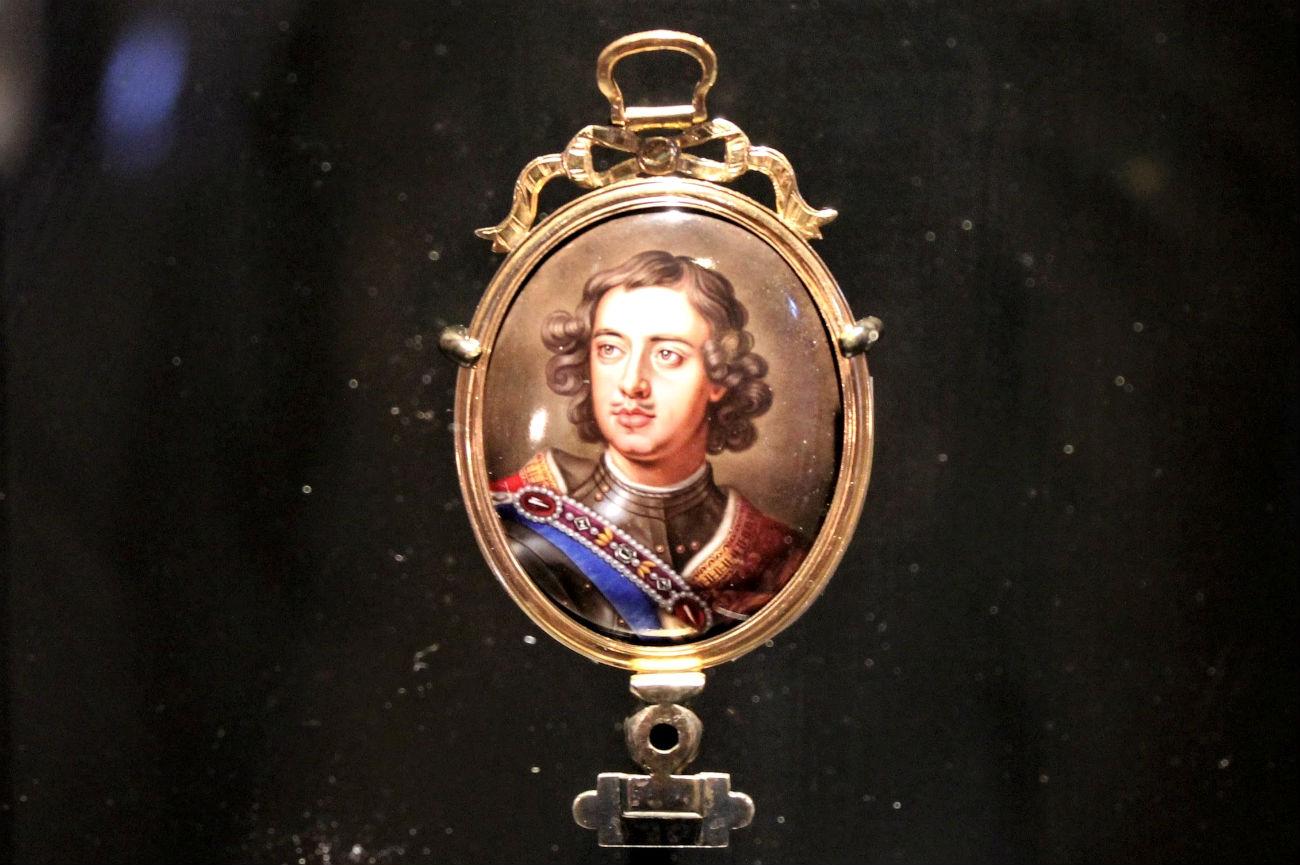 Portrait en médaillon du tsar Pierre Ier (recto). Anonyme, d'après Godfrey Kneller. Vers 1715. Peinture sur email. Paris, musée du Louvre département des Arts graphiques. Crédit : Maria Tchobanov