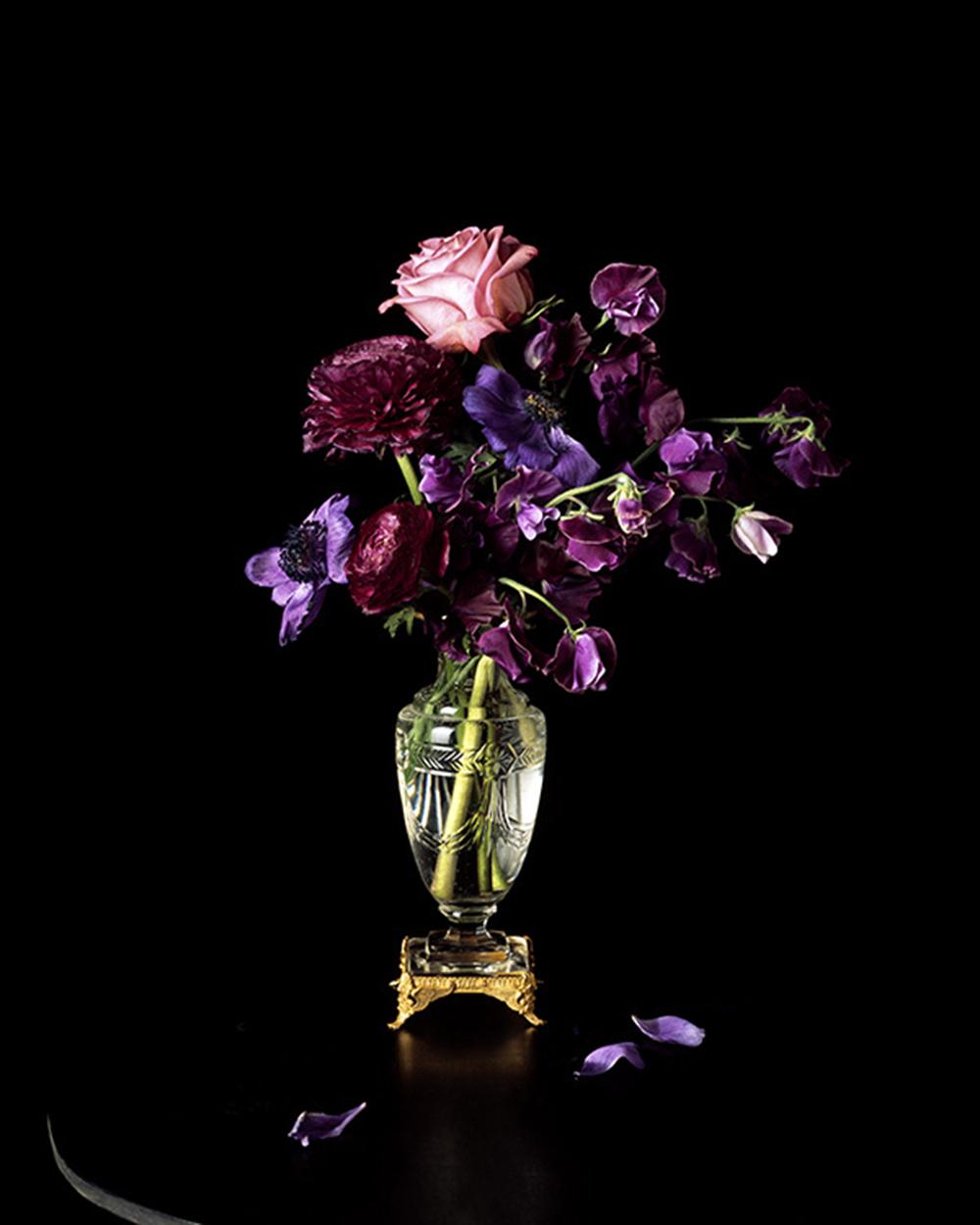 Ce vase est l'un des rares objets ayant appartenu à Lev Tchistovsky et Irene Klestova que Natacha Nikouline ait pu conserver. Par le biais de sa série After Tchistovsky, elle souhaite rendre hommage à ces deux artistes en photographiant des fleurs aux couleurs vives, motif récurrent dans les œuvres du couple. Crédit : Natacha Nikouline