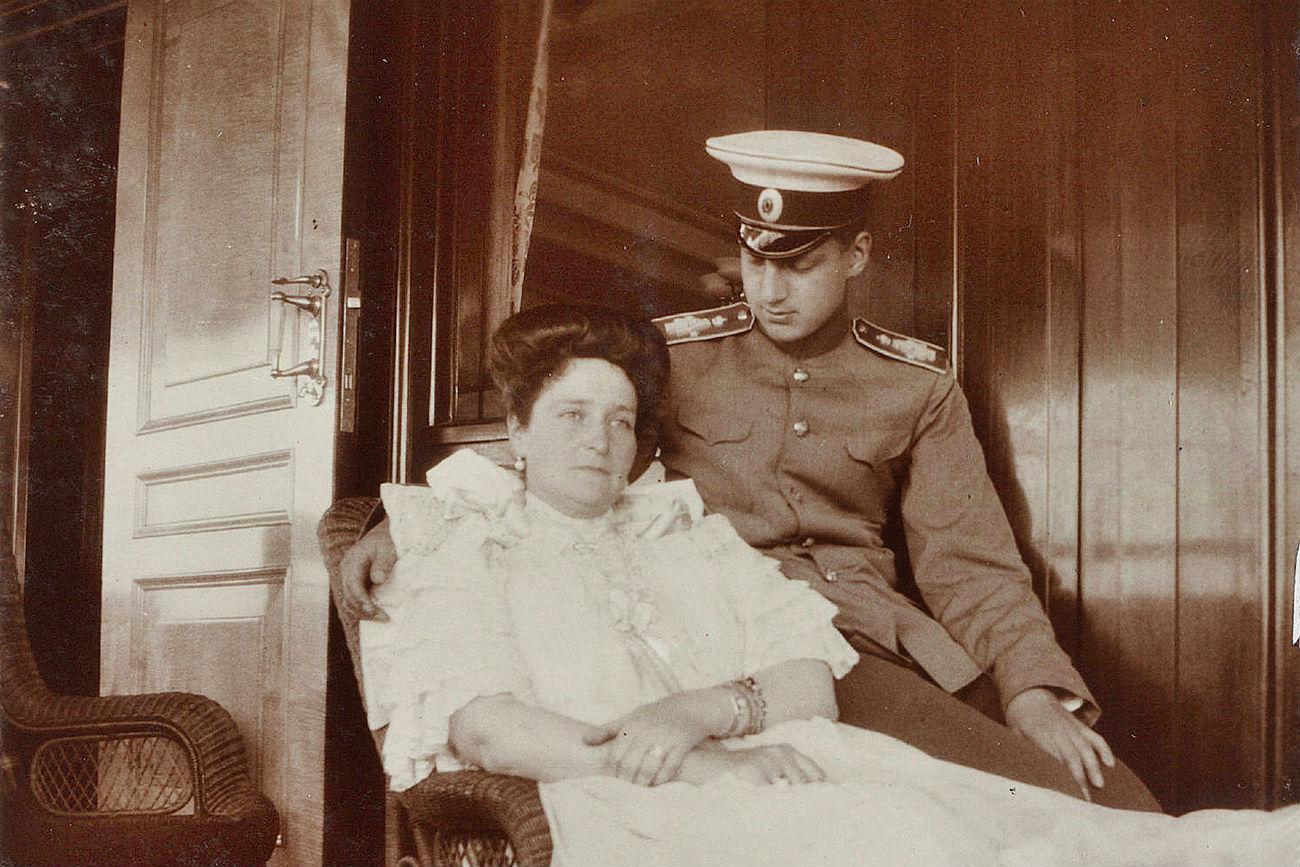 Le grand-duc Dimitri pendant un voyage à bord du yacht Standart en compagnie de l'impératrice Alexandra Fedorovna, 1909. L'impératrice a toujours eu une attitude chaleureuse envers le grand-duc Dimitri qui avait à peu près le même âge que ses filles.