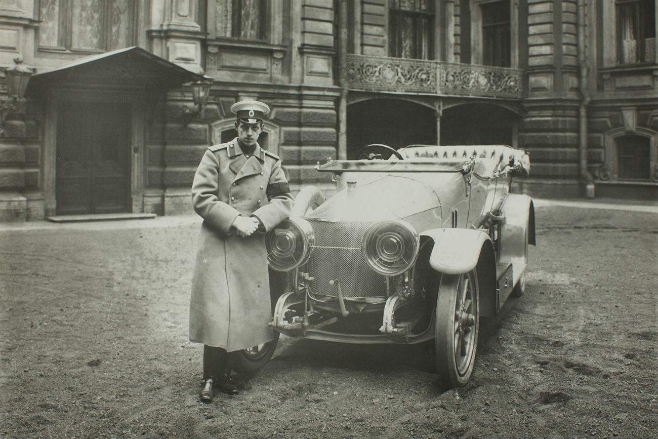 Le grand-duc Dimitri, fervent amateur de voitures et conducteur expérimenté, pose à côté d'une Métallurgique (Belgique) 15/30 CV de 1912.